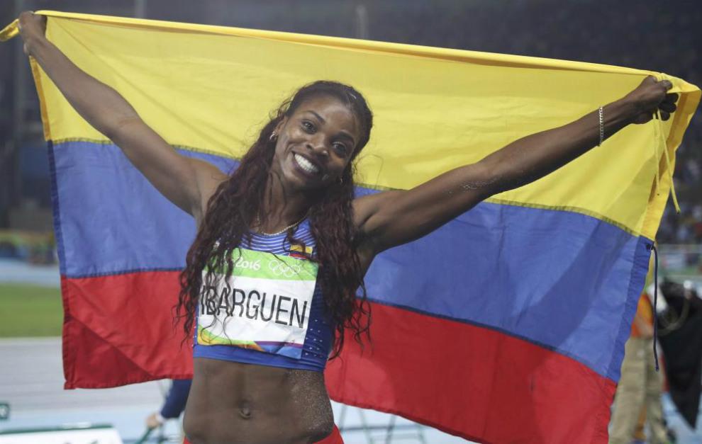 Ibargüen, con la bandera colombiana