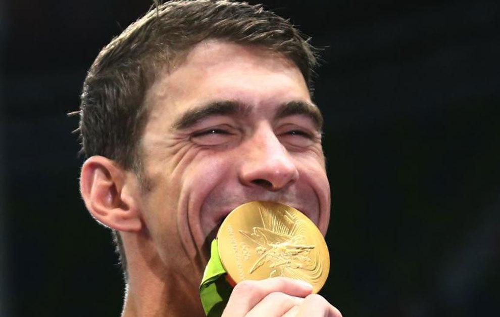 Michael Phelps besa la última medalla de oro olímpica de su carrera.