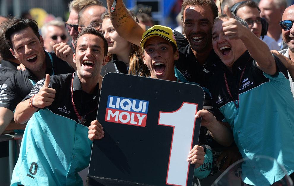 Mir, celebrando la victoria en Austria con su equipo