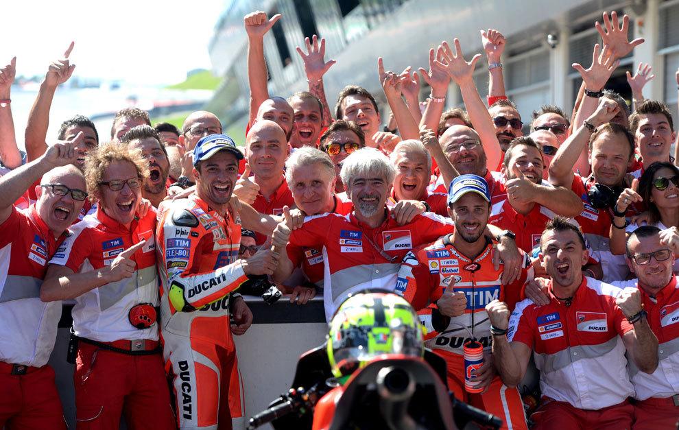 Celebración del equipo Ducati tras el doblete en Austria