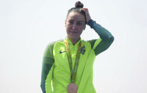 Poliana Okimoto, en el podio con la medalla de bronce.