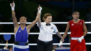 Muhammad Ali, de rojo, lamentando la derrota ante Finol, de azul.
