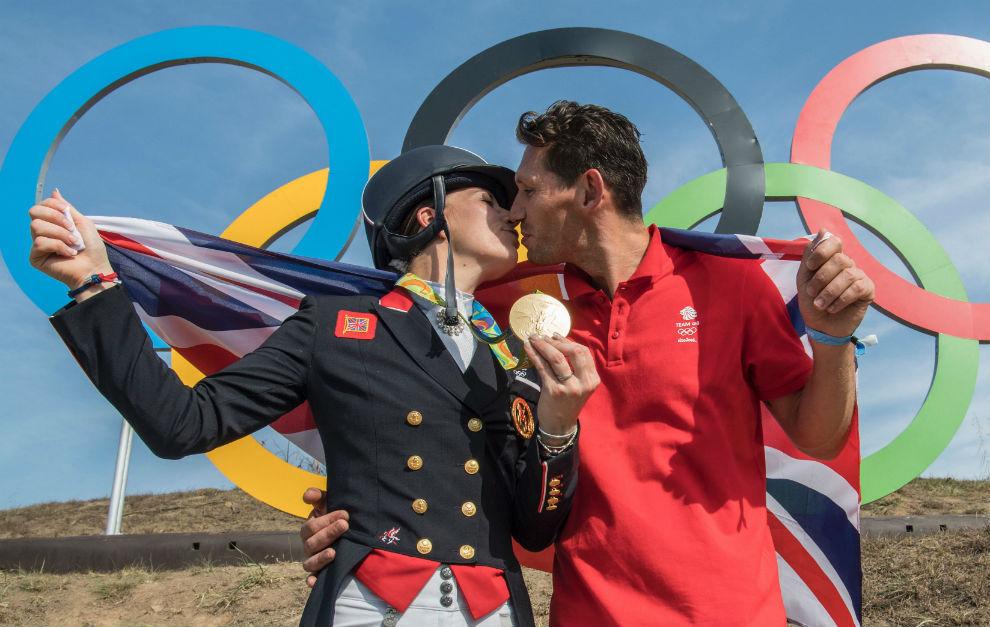 Dujardin se besa con su novio en el podio.