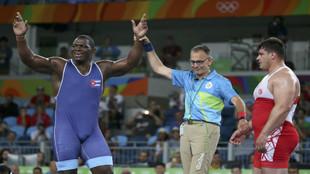 El árbitro declara a Mijaín López vencedor de la final