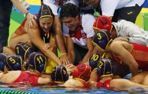 Miki Oca hace 'piña' con sus jugadoras.