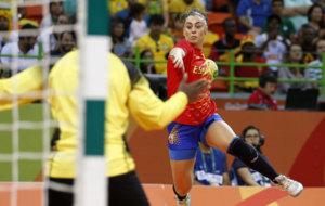 Marta L�pez, en un lanzamiento a porter�a durante el partido con...