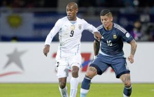Diego Rolan, en un partido con Uruguay.