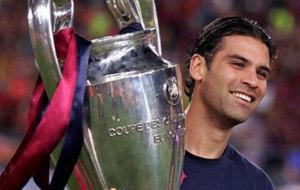 Rafael M�rquez con el trofeo de la Champions League.