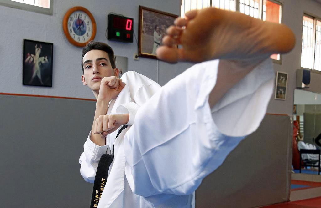 Jesús Tortosa en el gimnasio de taekwondo Tortosa de su padre