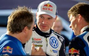 Latvala y su copiloto charlando en la asistencia con el jefe de...