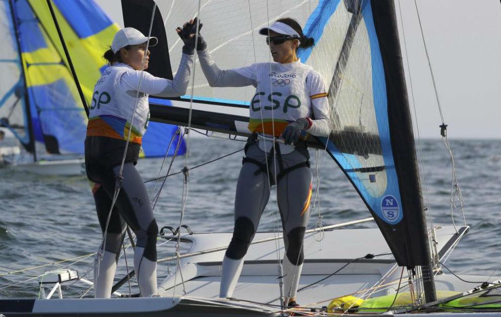 Tamara Echegoyen y Berta Betanzos, a la conclusión de una regata...