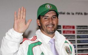 De la Torre saluda con el uniforme de la selecci�n mexicana.