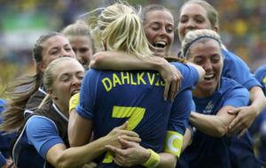 Las jugadoras de la selección sueca celebran el triunfo tras la tanda...