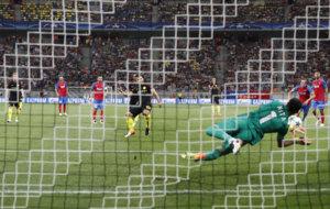 Nita detiene el penalti a Ag�ero.