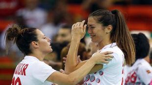 Macarena Aguilar consuela a Lara González.