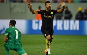 Ag�ero celebra su gol al Steaua.