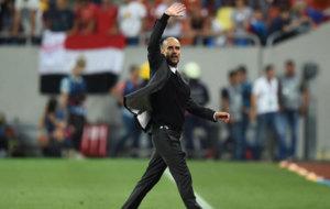 Guardiola saluda a la afici�n del City.