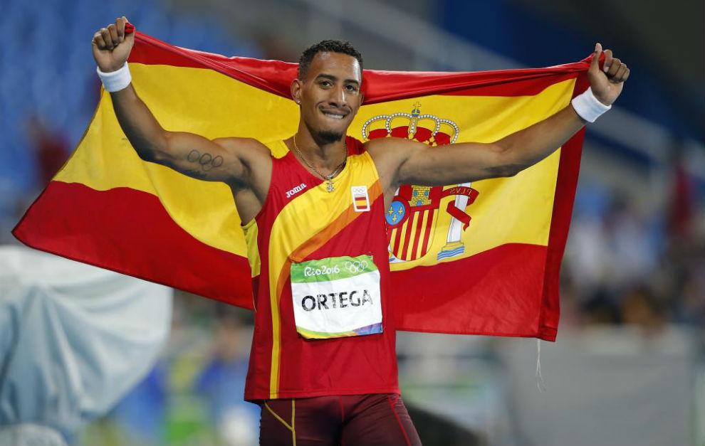 Ortega con la bandera de España tras su medalla de plata