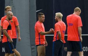 Jordi Alba y Messi se saludan en una sesi�n ante la mirada de sus...