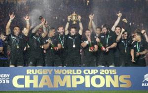 Los 'All Blacks', recibiendo el trofeo de campeones del...