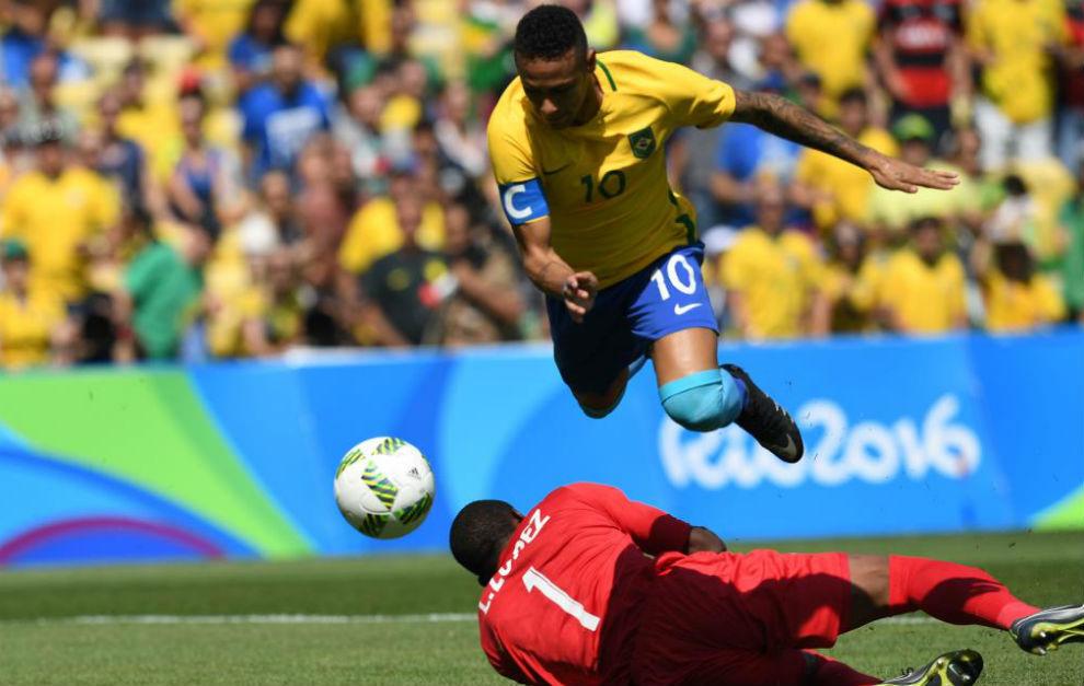 Neymar marca después de que el balón rebote en el portero.
