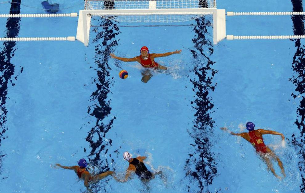 La portera china Jun Yang repele un lanzamiento del equipo español.