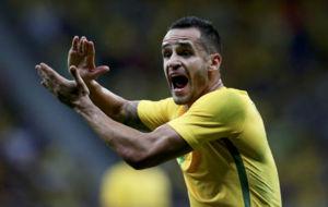 Renato Augusto aplaude a sus compañeros.