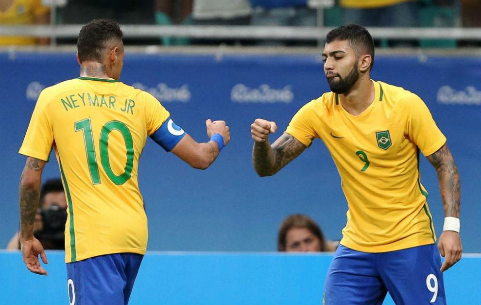 Gabriel Barbosa felicita a Neymar.