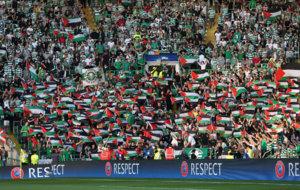 Aficionados del Celtic muestran banderas de Palestina antes del...