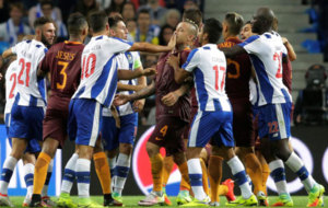 Los jugadores de los dos equipos se enzarzaron en una pelea al final...