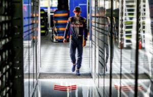 Carlos Sainz yendo al box de Toro Rosso en el pasado G.P. de Alemania,...