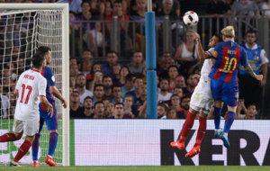 Messi salta por encima de Mercado para rematar