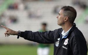 Gaizka Garitano dirigiendo un partido entre el Deportivo y el Racing...