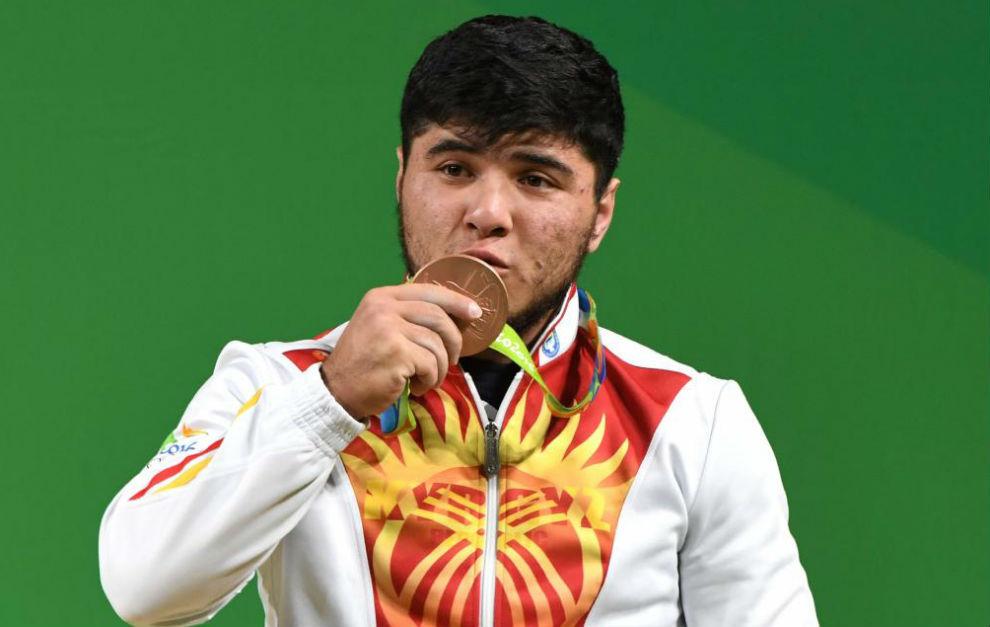 Izzat Artykov con su medalla de bronce en Río de Janeiro.
