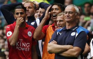 Claudio Ranieri, junto con Mahrez en un partido del Leicester. /