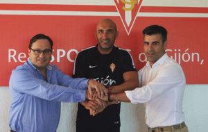 Abelardo tras la firma del acuerdo alcanzado con el Sporting de...