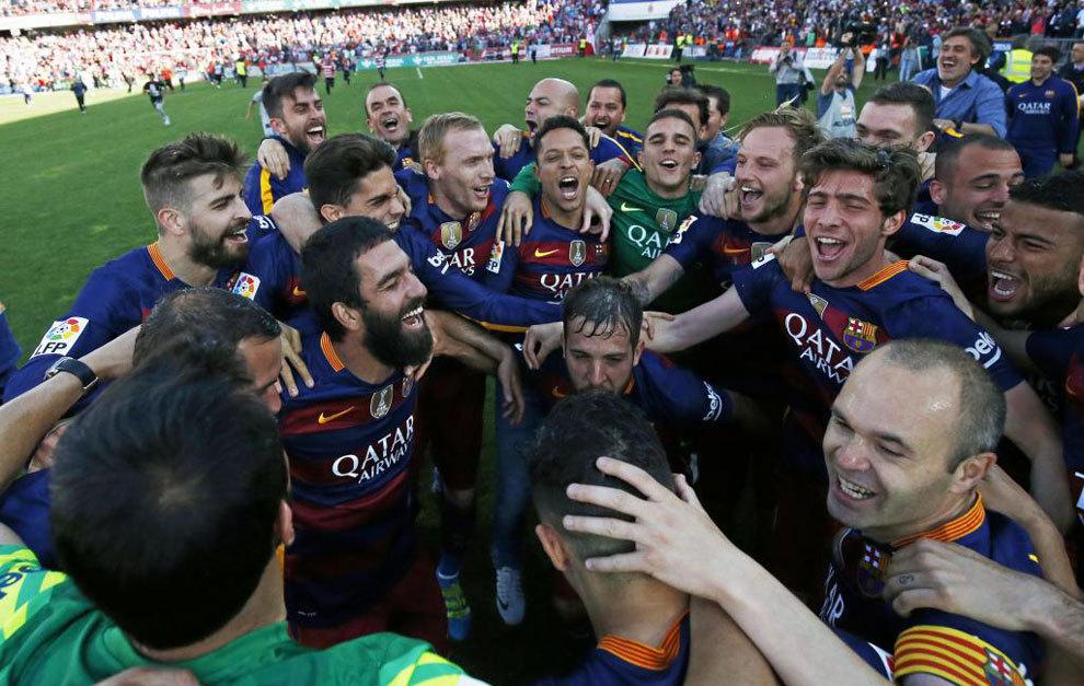 Los jugadores del Barça celebran la Liga pasada en Los Cármenes