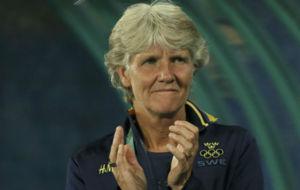 Sundhage aplaude a sus jugadoras durante el partido contra Brasil.