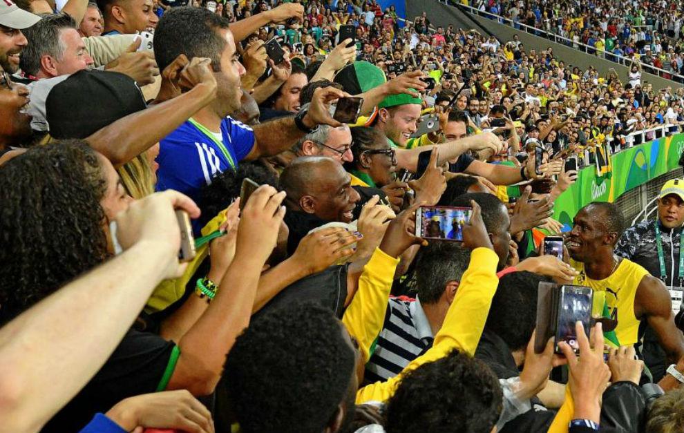 Bolt, con unos aficionados tras su victoria en 200.