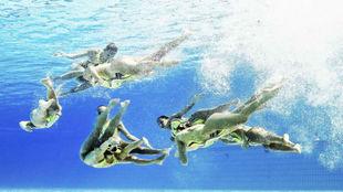 Imagen subacuática del equipo de Ucrania durante la rutina técnica.
