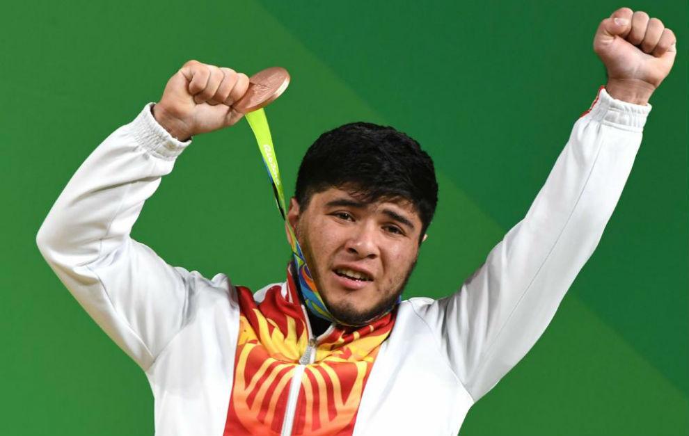 Artykov recibe la medalla de bronce en halterofilia