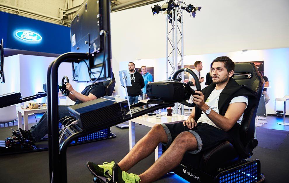 Jesús Sicilia pilotando el Ford GT virtual en Gamescom.