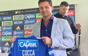 Cocca muestra la camiseta de su nuevo club.