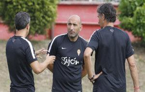 Abelardo junto con su equipo t�cnico en un entrenamiento. /