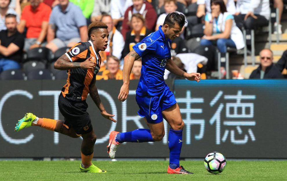 Luis Hernández se va de Abel en el partido entre el Leicester y el...