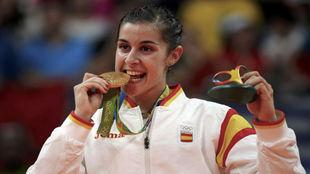 Carolina Marín mordiendo el oro olímpico en Río de Janeiro.