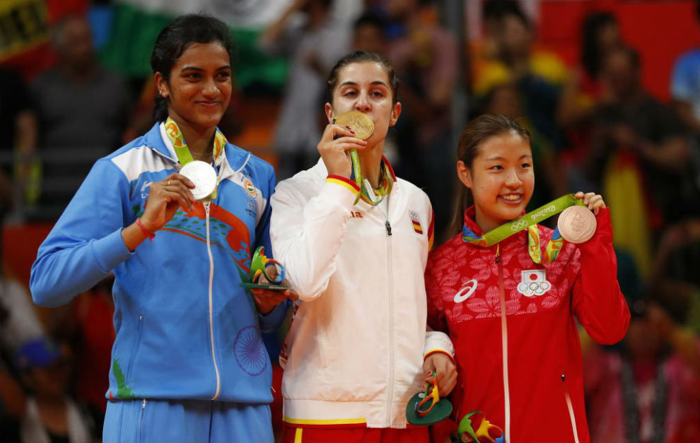 Carolina Marín ocupando el primer cajón del podio olímpico en Río.
