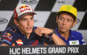 M�rquez contesta a los periodistas en presencia de Rossi.