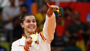 Carolina Marín celebra su oro olímpico en el podio