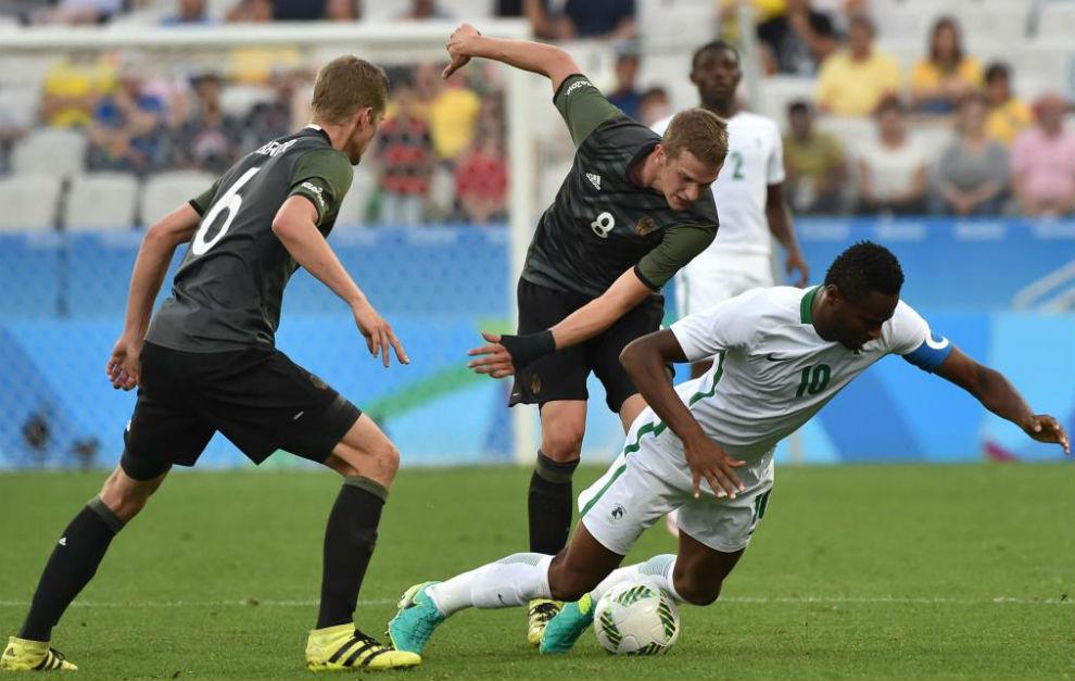 Sven y Lars Bender pelean un balón con el nigeriano Obi Mikel.